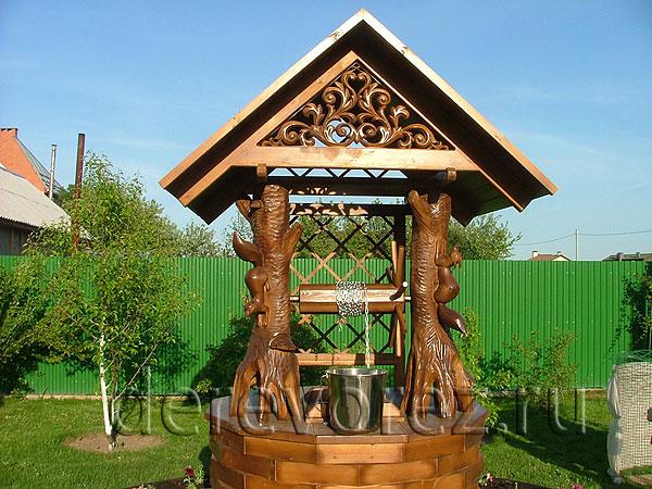 Колодец из дерева на даче