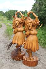 Пляшущая баба яга в деревянной скульптуре