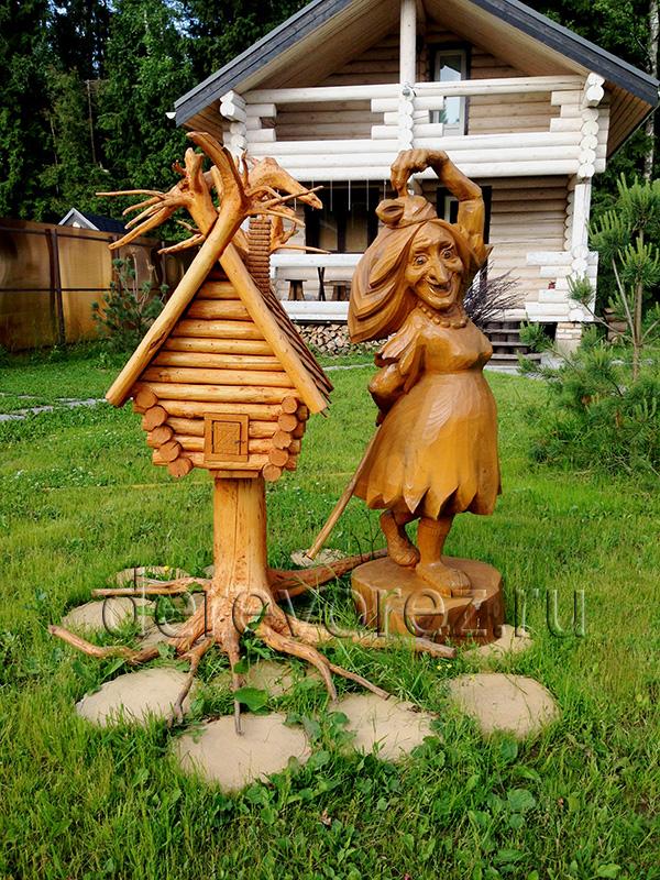 Танцующая баба яга. Садовая скульптура из дерева