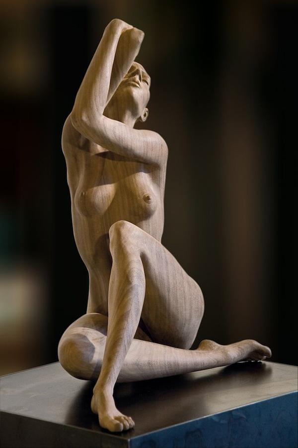 Прекрасное обнажённое женское тело в деревянной скульптуре